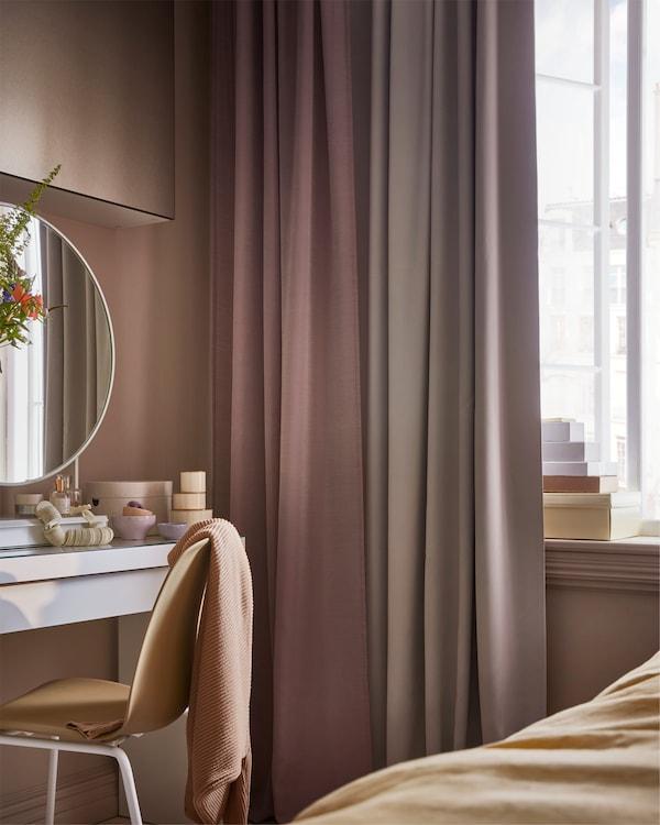 Ein Fenster, u. a. mit MAJGULL Gardinenschals in Grau