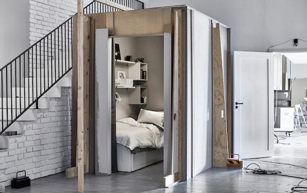 Ein Foto eines kleinen Schlafbereichs neben einer Treppe im IKEA Ideen-Labor