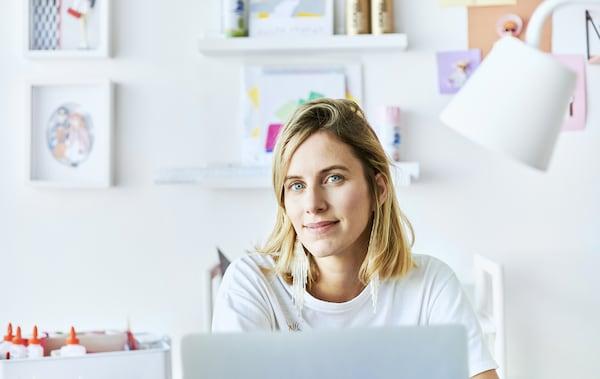 Ein Foto von Chloé an ihrem Schreibtisch
