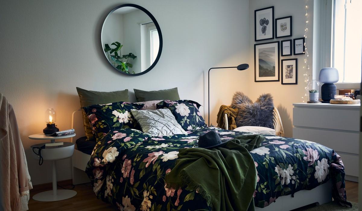 Ein gemütliches Schlafzimmer mit einer Bettwäsche mit Blumendruck
