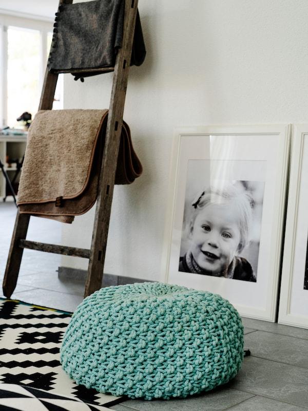 Ein gemusterter IKEA Teppich und eine Leiter setzen Highlights in jedem Wohnzimmer.