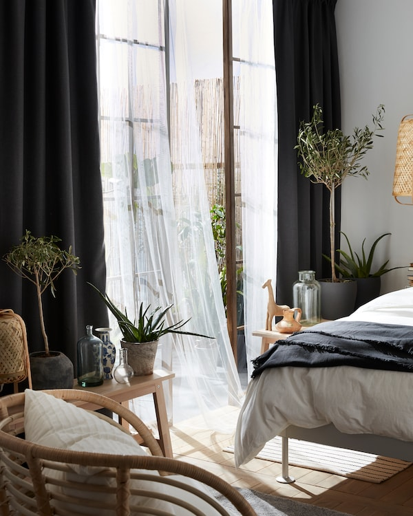 Ein grau gehaltenes Zimmer mit den ANNAKAJSA Gardinenschals in Grau