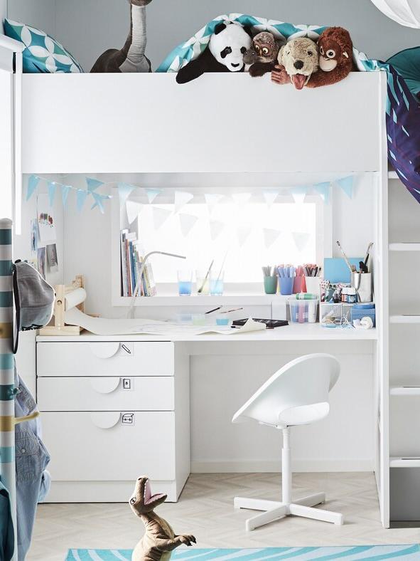 Ein Hochbett von IKEA mit einem Schreibtisch integriert.