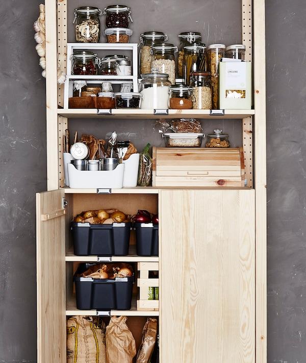 Ein Holzregal mit Vorratsbehältern aus Glas & Boxen aus Kunststoff