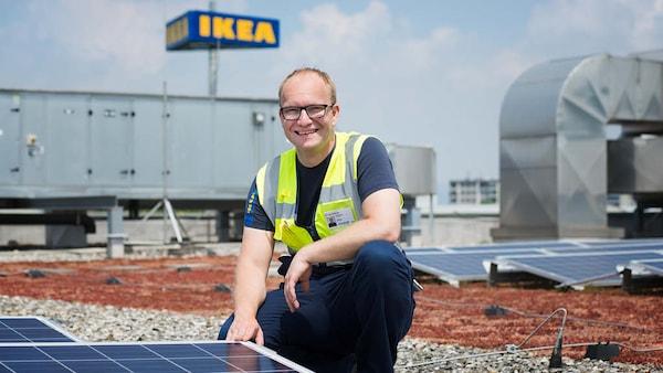 Ein IKEA Facility Manager ist bei den Solaranlagen auf dem IKEA Dach zu sehen