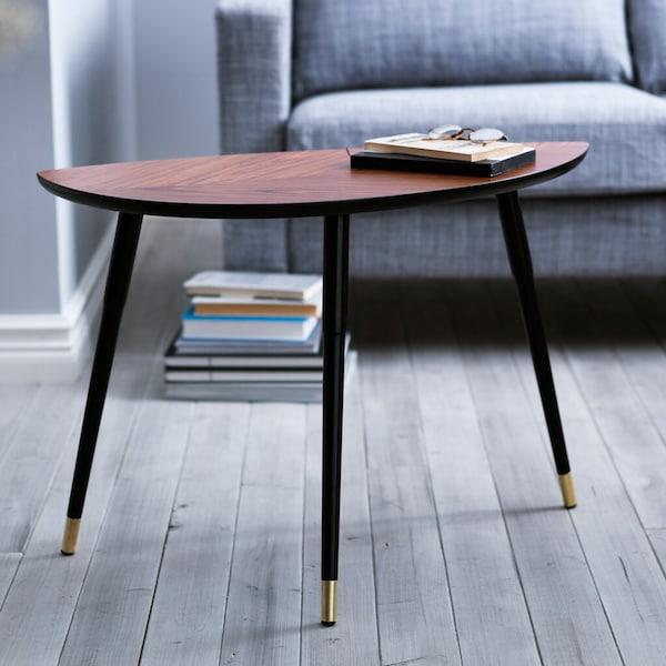 Ein IKEA LÖVBACKEN Beistelltisch, der vor einem grauen Sofa steht.