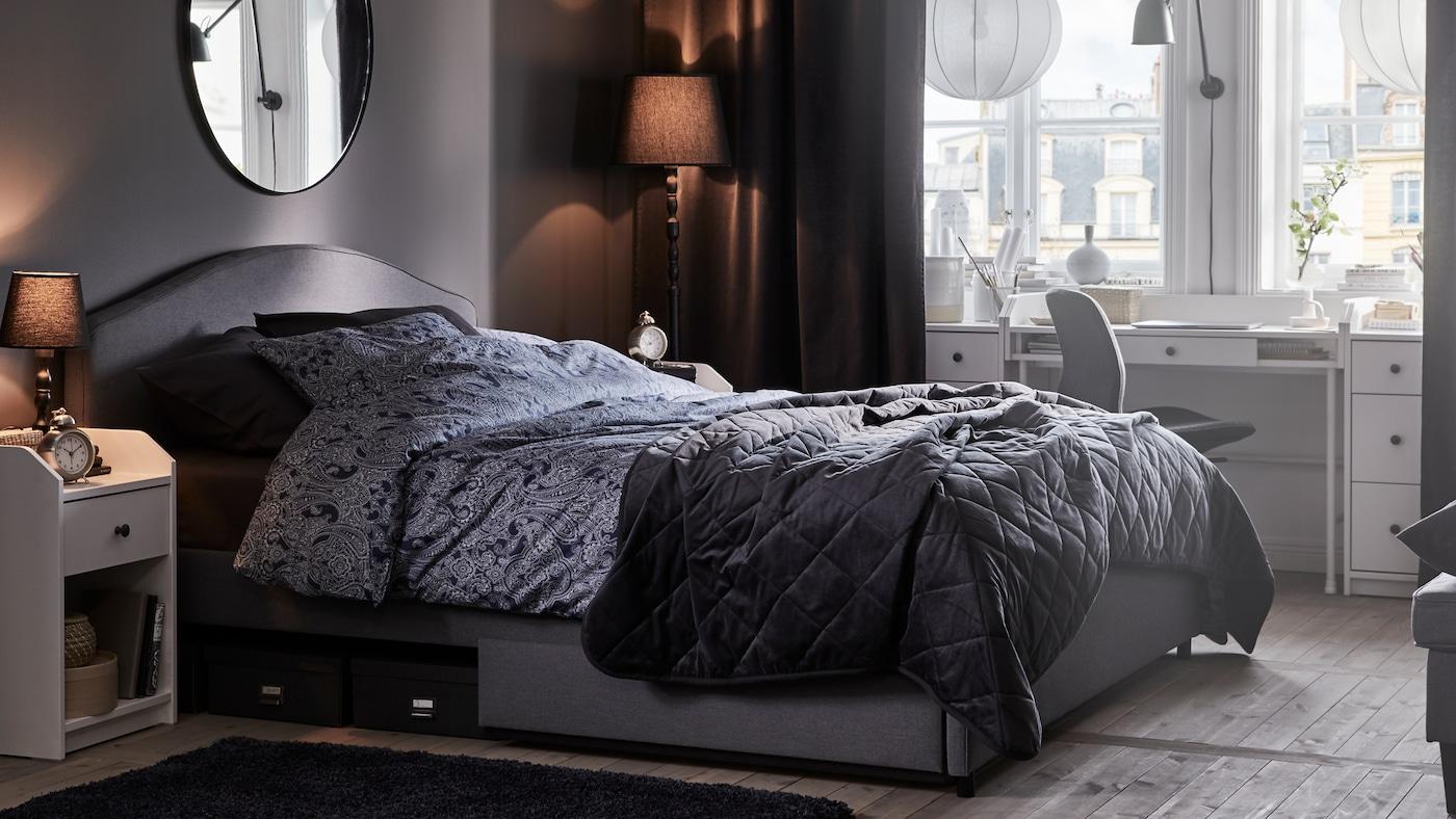 Ein im Schlafzimmer integrierter Arbeitsplatz.