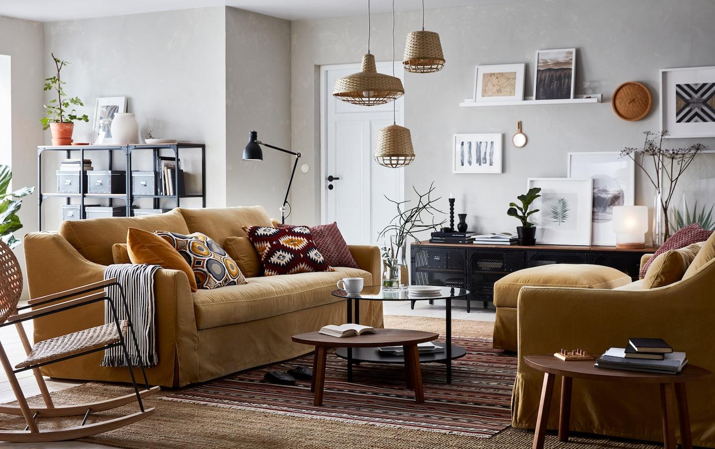Ein In Beige, Braun U0026 Gelb Gehaltenes Wohnzimmer Mit Zeitlos Eleganten  FÄRLÖV 3er