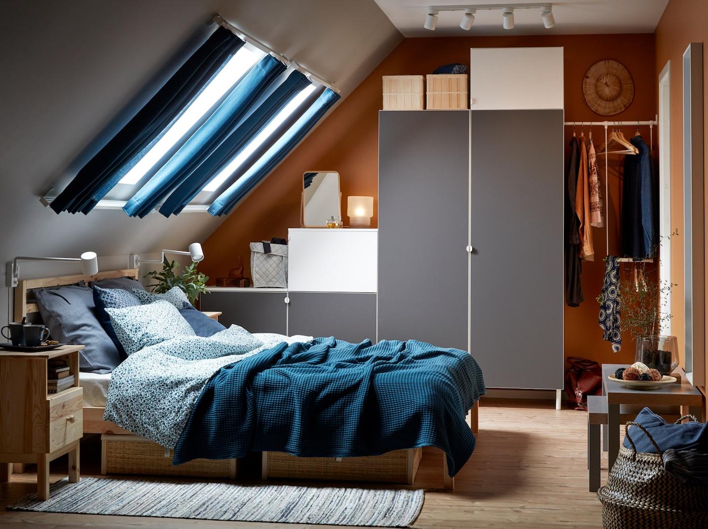Ein In Blau Grau Gehaltenes Schlafzimmer Mit Dachschräge Und TARVA  Bettgestell In Kiefer Und Hellgrauem