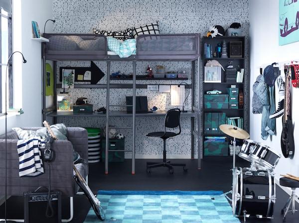 Ein Jugendzimmer für kleine Rockstars mit dunkelgrauem TUFFING Hochbettgestell & Schlagzeug in der Ecke