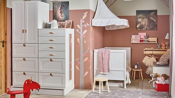 EIn Kinderzimmer in rosarot mit SMASTAD Möbeln von IKEA: Schrank und Babybett.