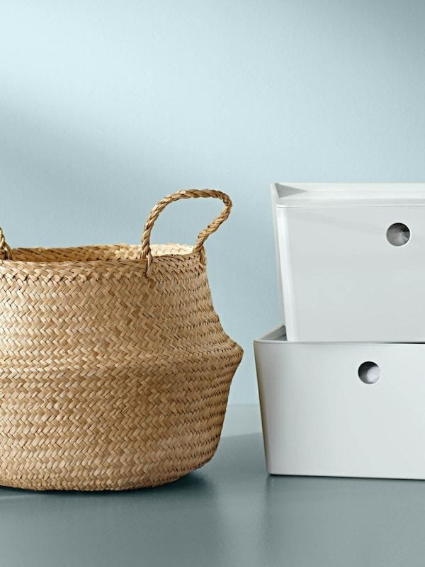 Ein Korb und zwei weiße Aufbewahrungsboxen