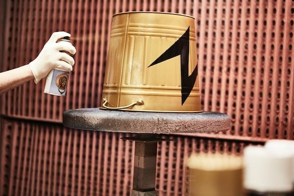 Ein Kübel wird recycled und umgesprayed