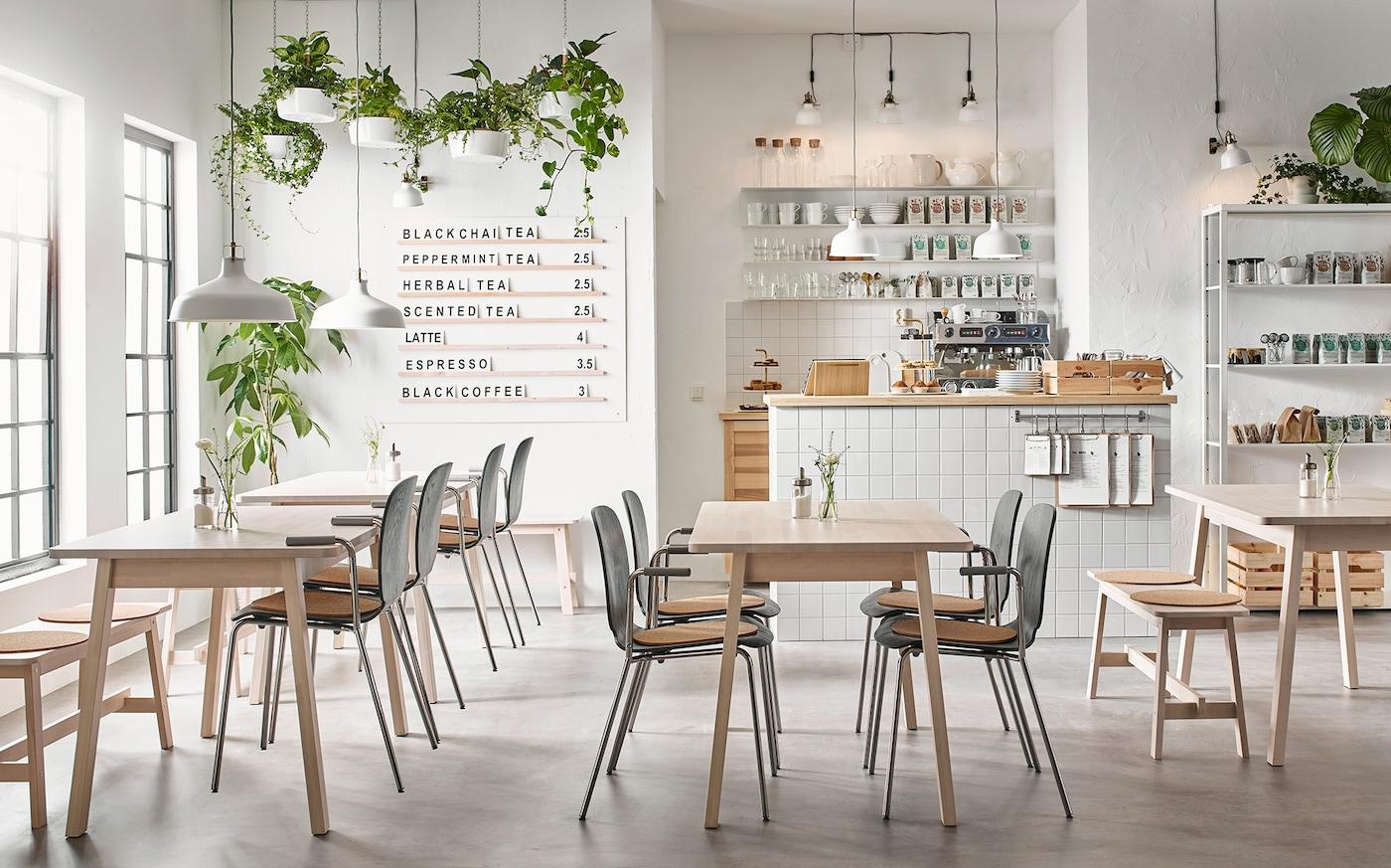 Ein modernes Café in Beige & Weiß mit NORRÅKER Tischen, FJÄLKINGE Regalen & hellen Accessoires