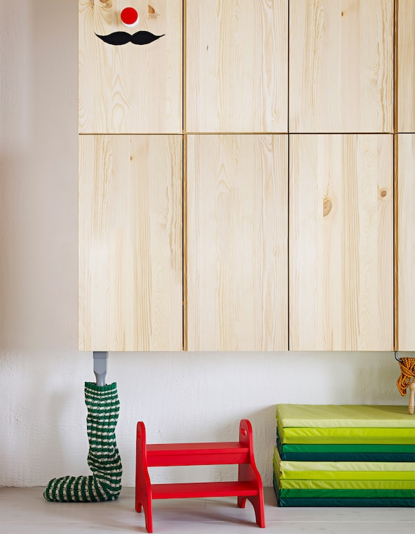 Ein niedrig platzierter IVAR Schrank an einer Wand. Ideal, um von Kindern als Puppenhaus genutzt zu werden.