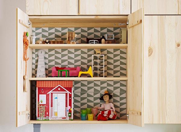 Ein niedrig platzierter IVAR Schrank Kiefer an einer Wand. Ideal, um von Kindern als Puppenhaus genutzt zu werden.