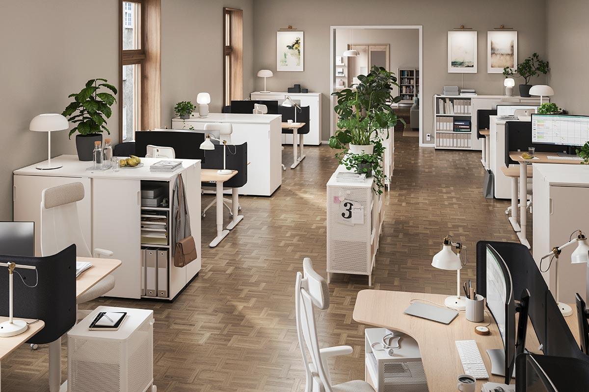 Ein offenes Büro einer Buchhaltungsfirma mit voneinander getrennten Arbeitsplätzen und viel Stauraum