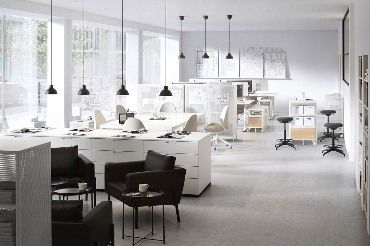 Ein offenes Grossraumbüro mit hellen Büromöbeln und einem Konferenzbereich für Meetings