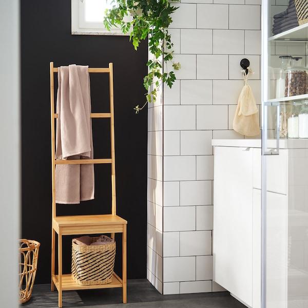 Ein RAGRUND Stuhl mit Handtuchhalter aus Bambus.