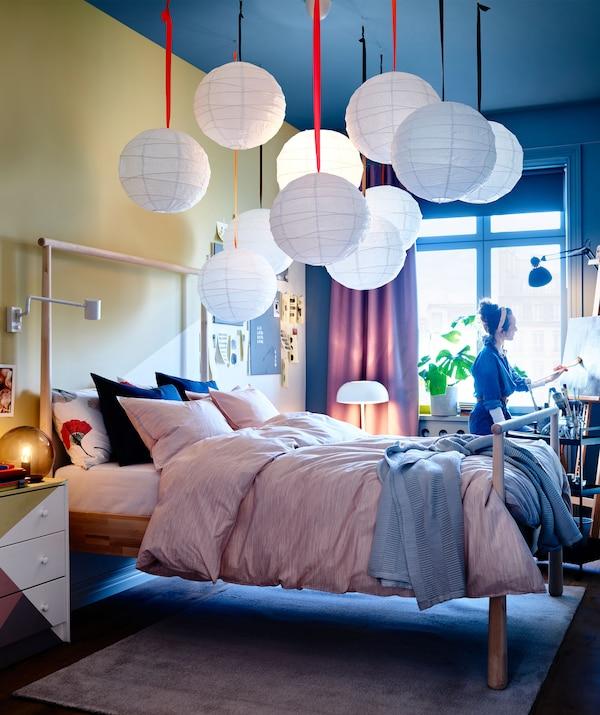 Ein Schlafbereich mit einem GJÖRA Bettgestell aus Birkenholz