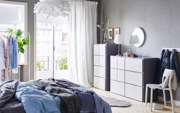 Ein Schlafzimmer u. a. mit VISTHUS Kommode mit 8 Schubladen und VISTHUS Kommode mit 6 Schubladen in Grau/Weiß