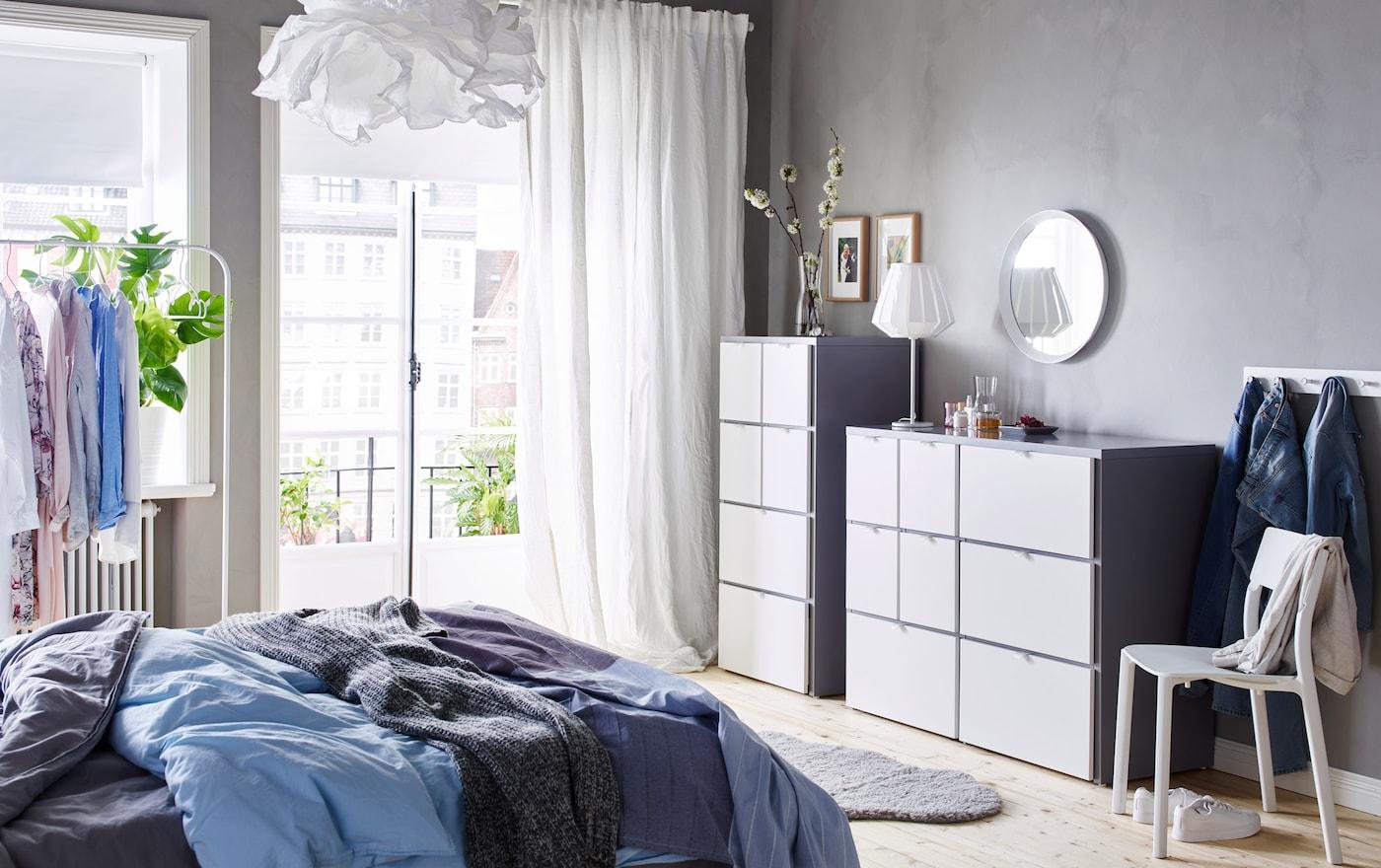 Ein Schlafzimmer U. A. Mit VISTHUS Kommode Mit 8 Schubladen Und VISTHUS  Kommode Mit 6 Schubladen In
