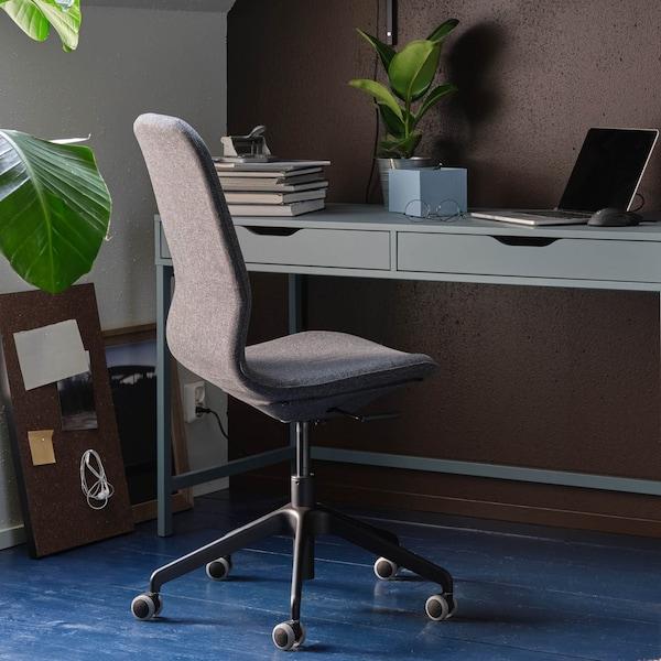 Ein Schreibtischsessel vor einem Schreibtisch