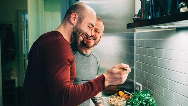 Ein schwules paar beim Kochen in einer IKEA Küche