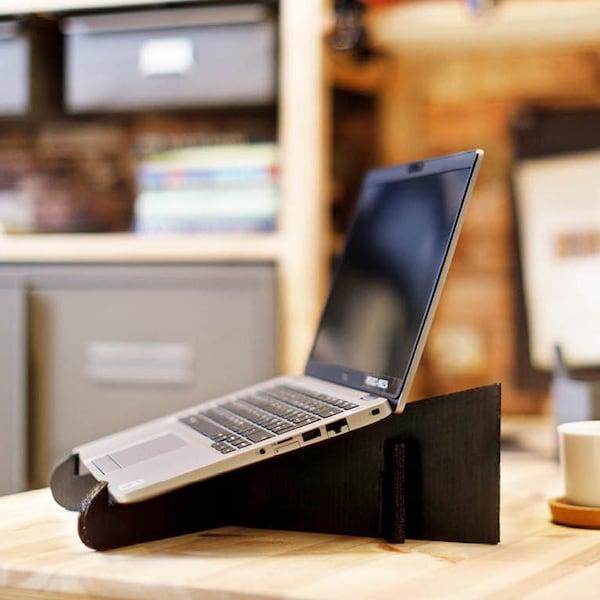 Ein selbstgemachter Laptopständer aus Karton