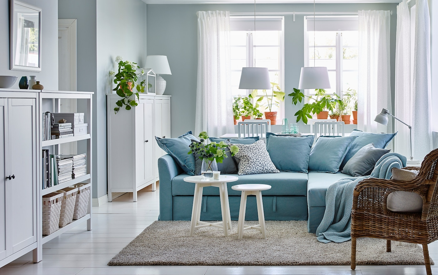 Charmant Ein überwiegend In Weiß Gehaltenes Wohnzimmer Mit Essbereich Mit HOLMSUND  Eckbettsofa Mit Bezug U201eOrrstau201c