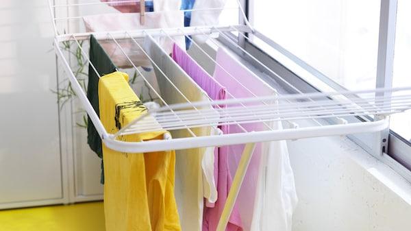 Ein Wäscheständer mit aufegehängter Kleidung
