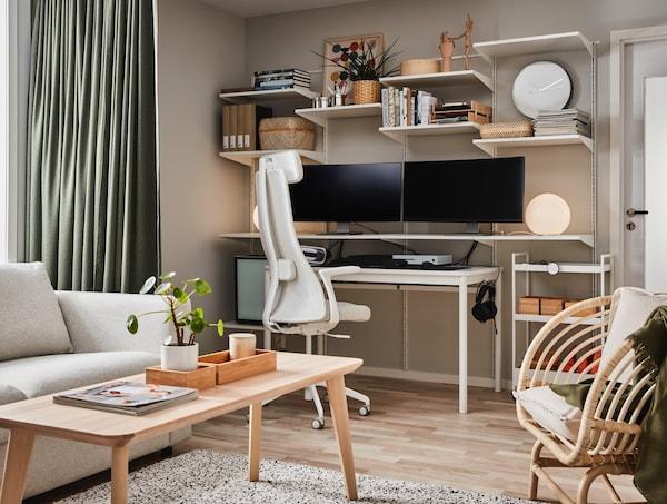 Ein weiß-beiges Home-Office mit einem TOMMARYD Tisch in der Mitte und Regalen.