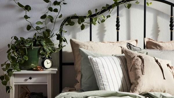 Ein weißer SIMESTED Teppich mit einem roten Karomuster und hohem Flor bildet hier den Hintergrund für eine Produktcollage.