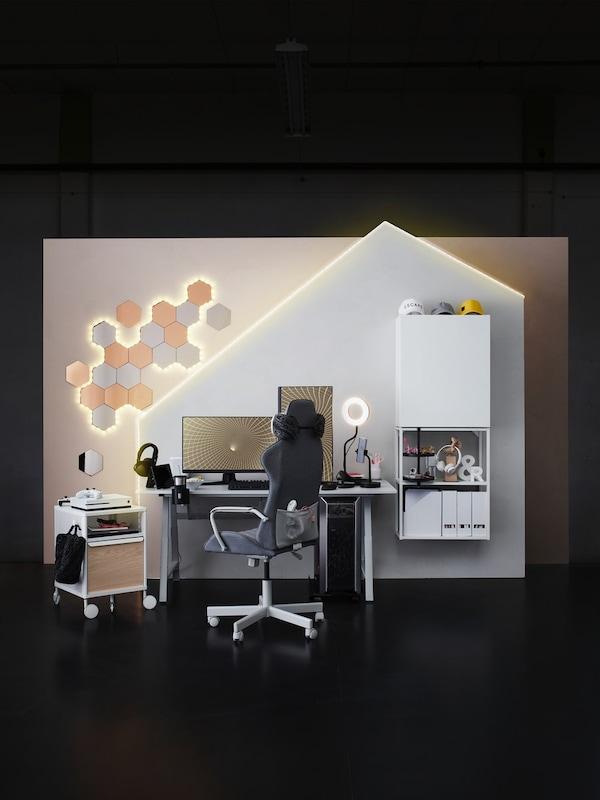 Ein weißes Gaming-Umfeld mit einem UTESPELARE Gamingschreibtisch und einem MATCHSPEL Gamingstuhl in der Mitte. Daneben ist ein BEKANT Aufbewahrungselement zu sehen.