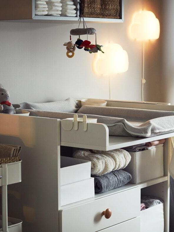 Ein Wickeltisch in grau von IKEA.