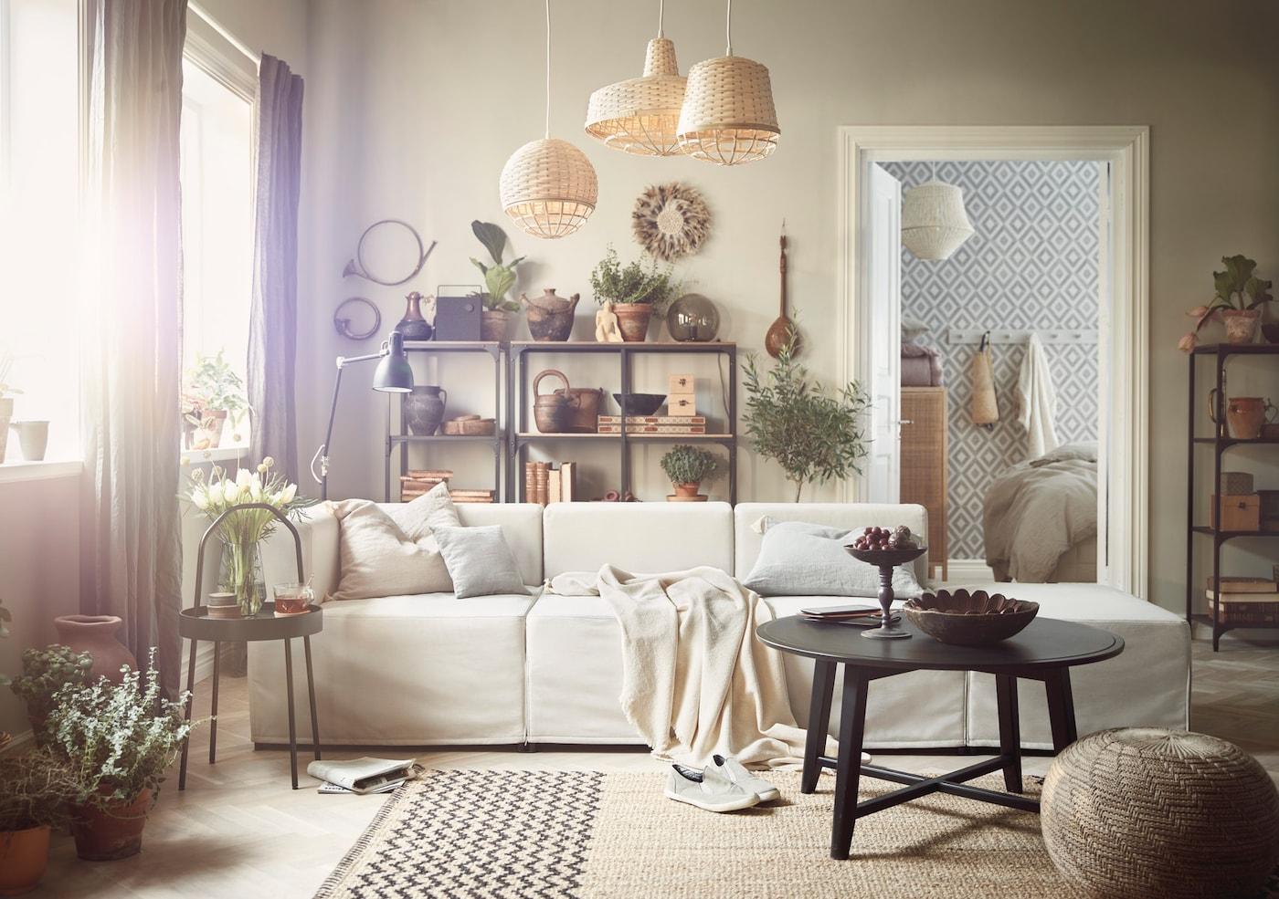 Ein Wohnzimmer, eingerichtet mit Weide, Holz und einem beigen Sofa.