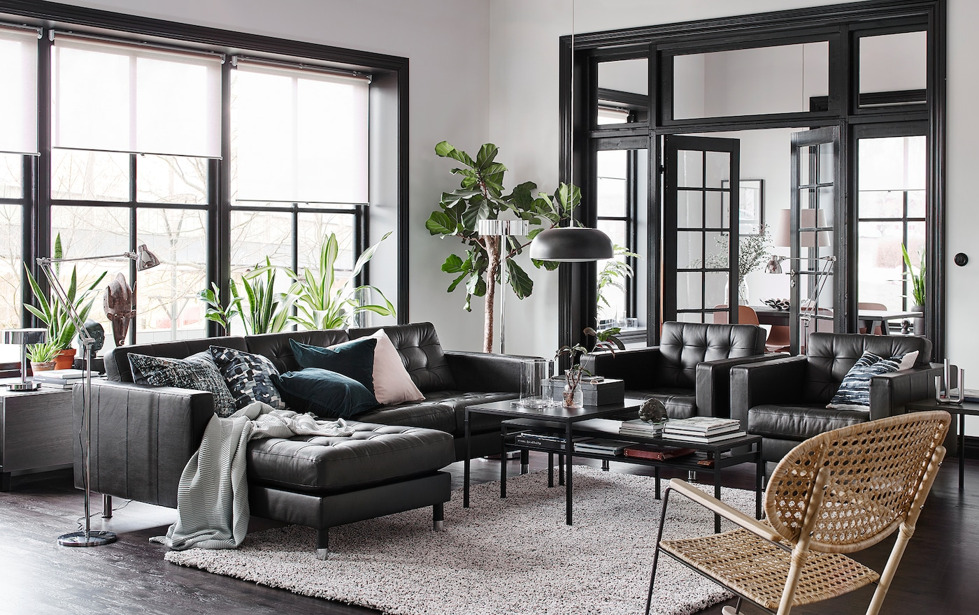 Ein Wohnzimmer In Schwarz, Beige Und Weiß Und LANDSKRONA 2er Sofa Und  Récamiere Mit