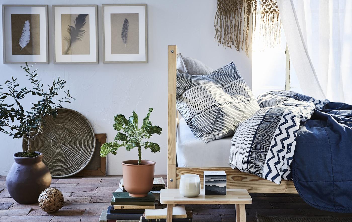 Ein Wohnzimmer mit blauen Textilien, hellem Holz und Terrakotta
