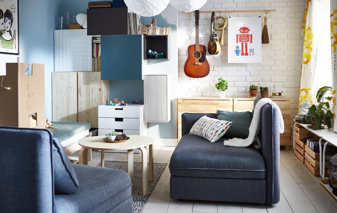 Ein Wohnzimmer mit Sitzelementen, Aufbewahrungsmöglichkeiten, Couchtisch & Klappesstisch.