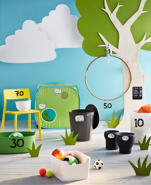 Ein Zielspiel mit Ringen und Eimern, u. a. mit SPARKA Stoffspielzeug in Grün