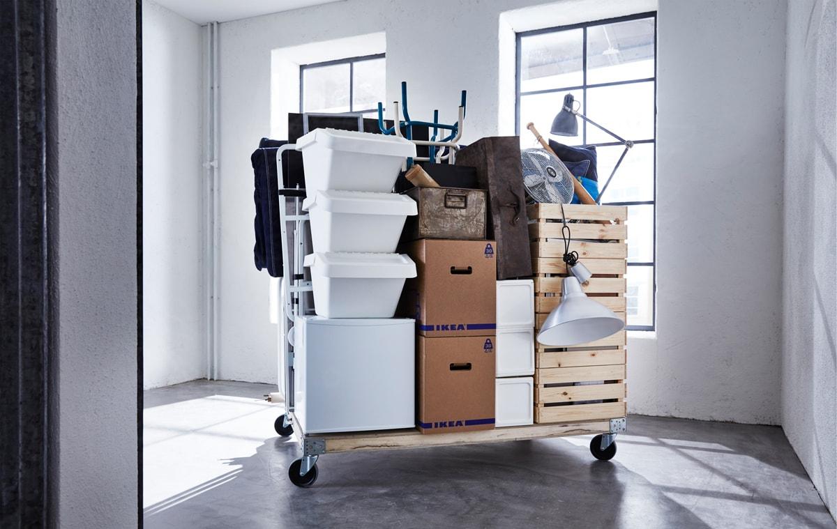 Eine auf einen Rollwagen verpackte Wohnung und Umzugskartons