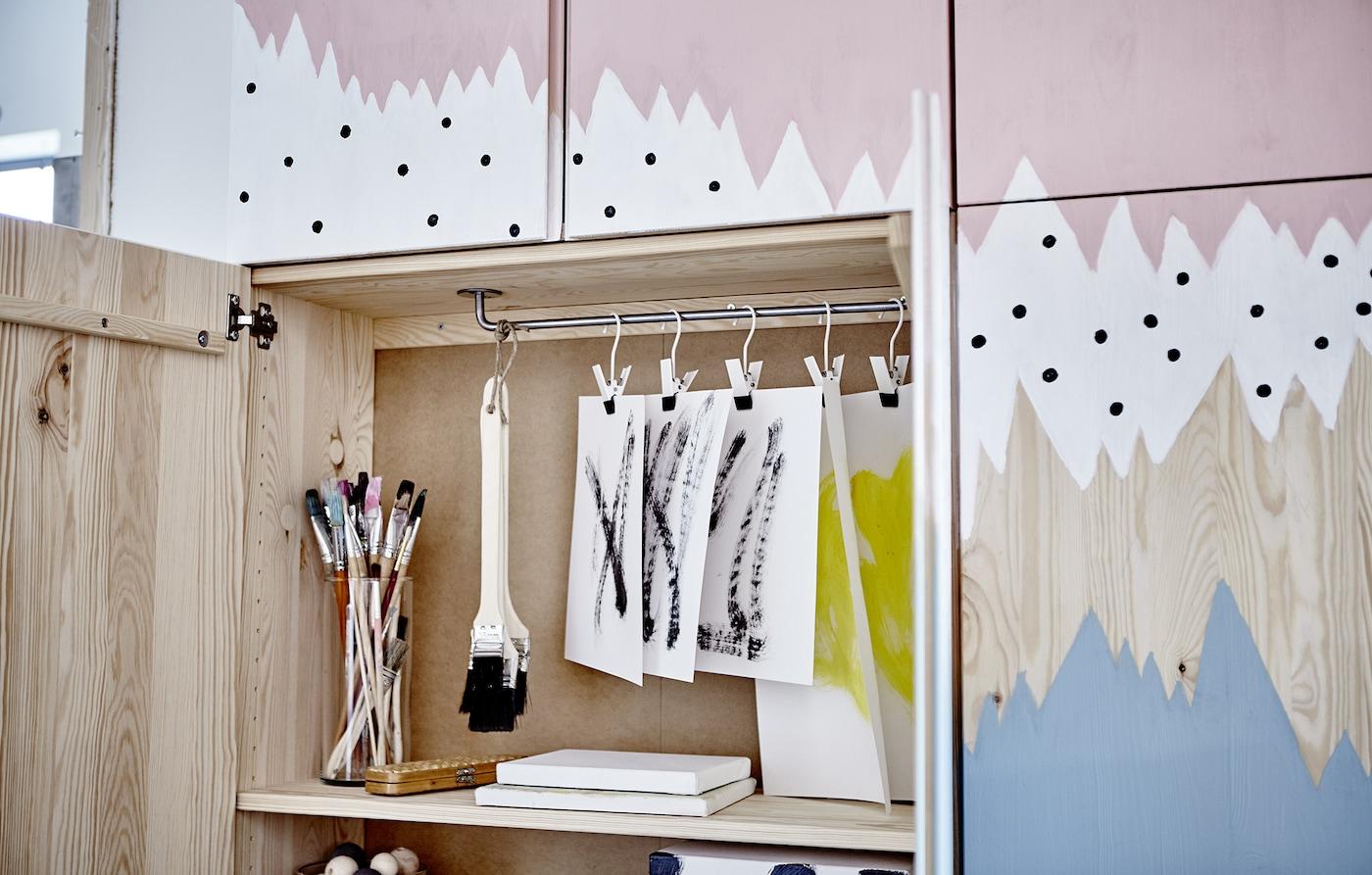 Eine Collage aus IVAR Schränken als Aufbewahrung für Spiele, mit verstecktem Puppenhaus und einem Schminktisch für Teenies.