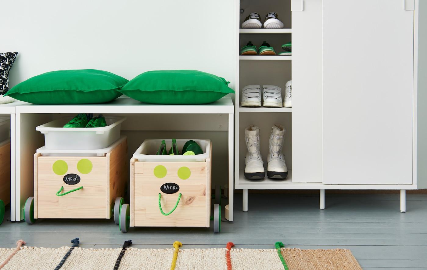 Eine Collage zweier verschiedener Möglichkeiten der Schuhorganisation: einmal geschlossene Aufbewahrung, einmal eine Stange, an der Schuhe aufgehängt werden