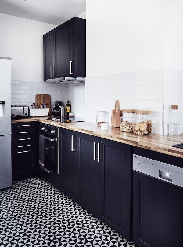 Eine einfarbige Küche, u. a. mit LAXARBY Türen in Schwarzbraun
