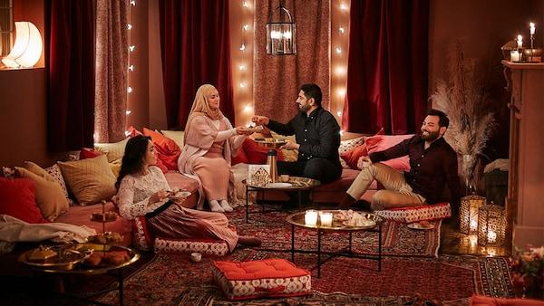 Eine Familie sitzt in einem Wohnzimmer mit arabischem Flair