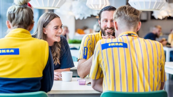 Eine Fotocollage verschiedener IKEA Mitarbeiter