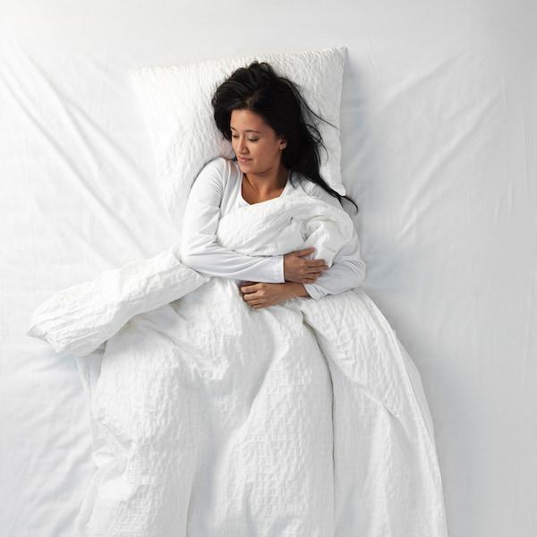 Eine Frau, die am Rücken schläft