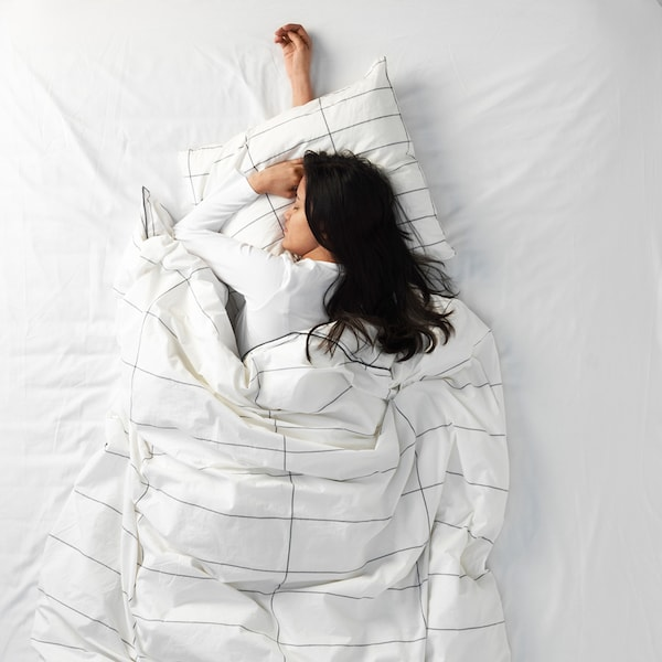 Eine Frau, die auf dem Bauch schläft
