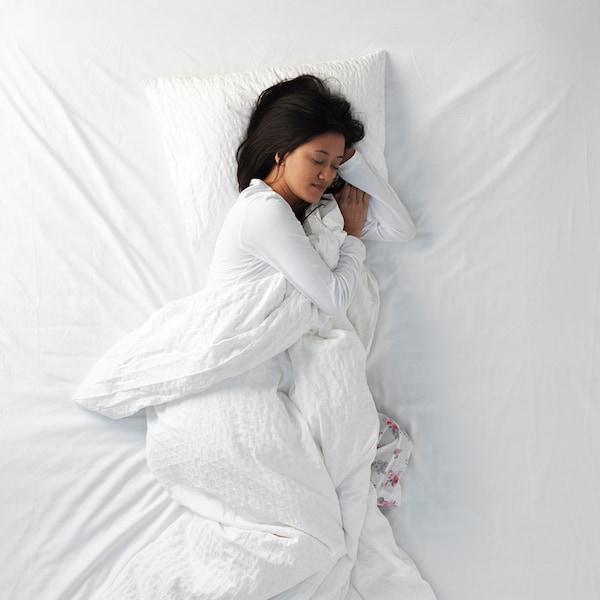Eine Frau, die auf der Seite schläft