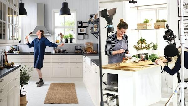 Eine Frau performed mit einem Kochlöffel in der Hand in ihrer Küche und ein Essensfotoshooting wird gerade vorbereitet.